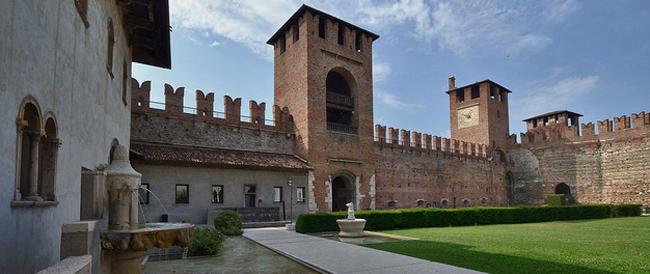 """Materassi, bottiglie, avanzi di cibo nel centro di Verona. Tosi dice basta, il Pd """"piange"""""""