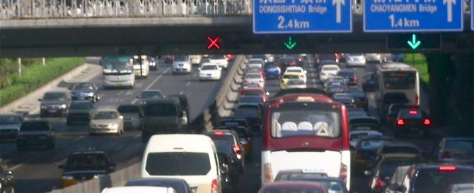 Il boom economico è quasi un problema per la Cina: per il ponte del 1° maggio a Pechino 55 km di fila