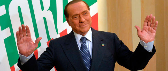 """Berlusconi a Cesano Boscone. Ad accoglierlo una fan con il cartello """"Silvio per noi da vent'anni"""""""