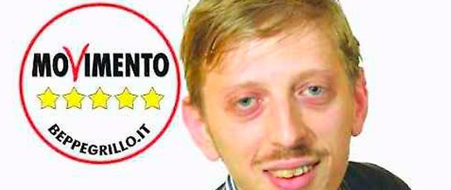 Sembra uscito da un film di Zalone: è il candidato grillino dalla faccia più buffa delle elezioni
