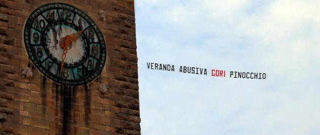 Sul comizio di Renzi e del candidato Pd a Bergamo, lo striscione beffa: «Veranda abusiva, Gori Pinocchio»