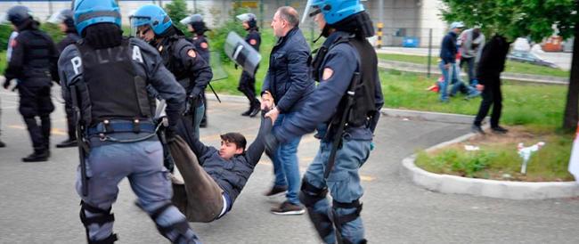 Scontri all'Ikea di Piacenza: estremisti di sinistra cercano di impedire l'accesso ai lavoratori