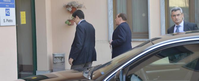 """Berlusconi, primo giorno di """"servizi sociali"""" con contestazione di un sindacalista a caccia di pubblicità"""