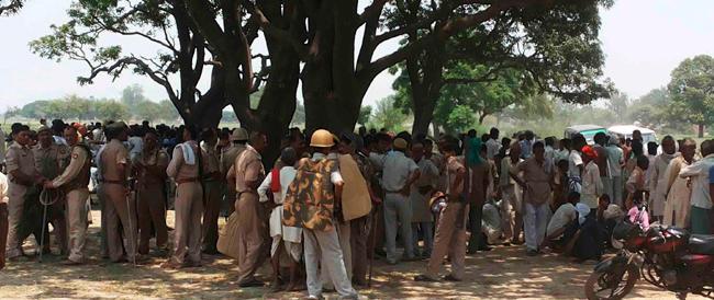 India, nuovi arresti per le bambine stuprate e impiccate. I familiari chiedono la forca per i responsabili