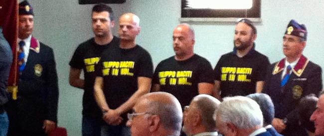 Una maglietta in ricordo di Raciti. È la risposta degli agenti di polizia a Genny 'a carogna