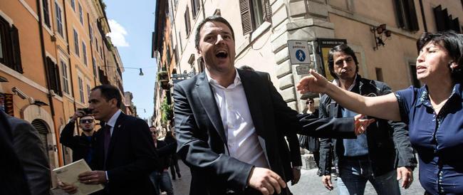 """L'atto """"eroico"""" di Renzi: fa qualche metro a piedi. E la stampa """"amica"""" si eccita"""
