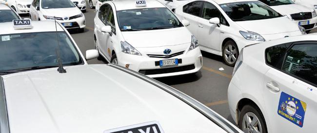 """Milano, i tassisti passano dalle (male) parole ai fatti: aggrediti due autisti del servizio """"Uber"""""""
