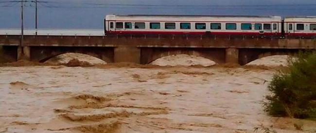 Alluvione nelle Marche, due morti e strade sommerse dal fango. E l'allarme meteo continua