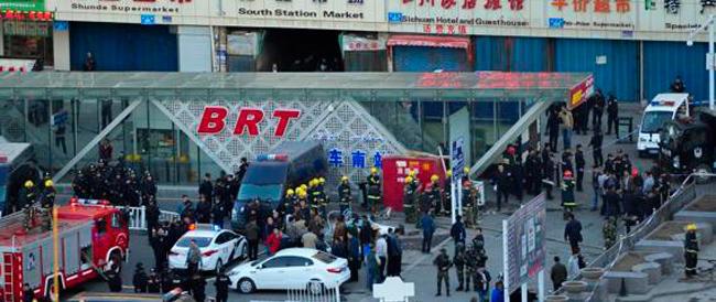 Anche la Cina comunista alle prese col terrorismo: 31 morti in un attentato nella regione degli uighuri