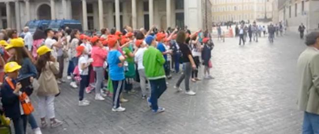 """Piccoli fans sotto la finestra di Renzi. Nel video del """"Secolo"""" ecco l'imbarazzante teatrino di regime…"""
