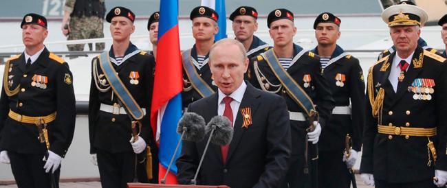 Putin in Crimea fa infuriare l'Occidente. La Nato: «Fai un passo indietro dal baratro»