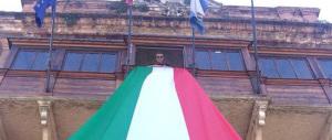 """Bologna, sulla Torre degli Asinelli due tricolori di cinquanta metri: Fdi invita a """"votare italiano"""""""