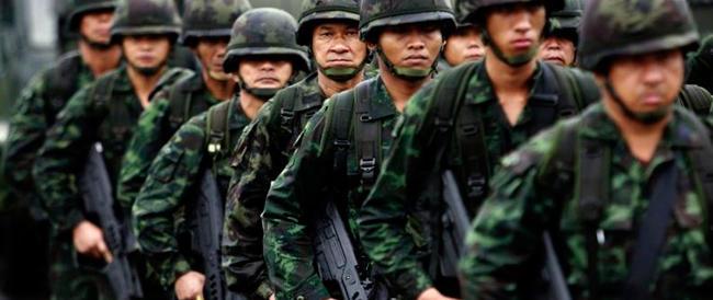 Thailandia: arrestato l'ex premier, licenziata giornalista per una foto anti-golpe
