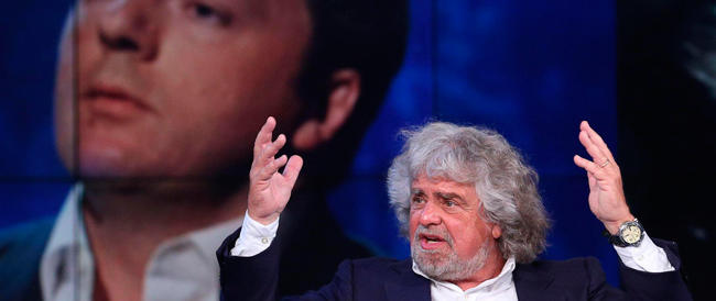 Grillo e Renzi se le danno di santa ragione: uno arruola il Papa, l'altro si sente un sant'uomo