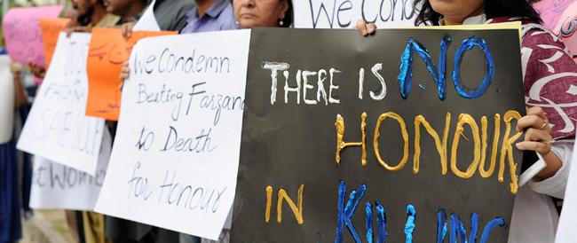 Pakistan, lapidata dai parenti davanti al tribunale. Il marito accusa: la polizia non ha mosso un dito