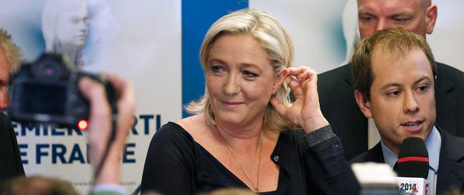 Marine Le Pen seduce la Francia. Il Front National sfonda con il 25 per cento. Umilitato Hollande