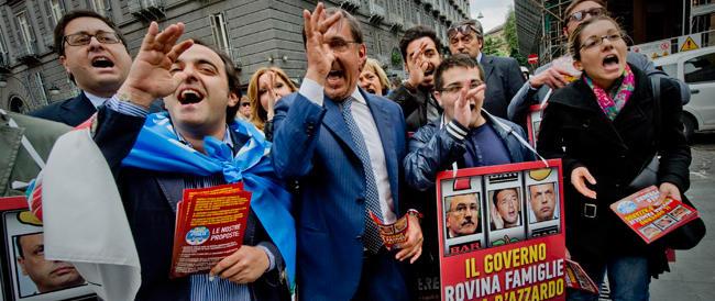 """Napoli, i logori cori antifascisti contro La Russa. Che risponde con l'Inno di Mameli e qualche """"marameo"""""""