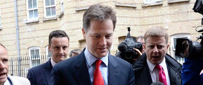 "Asfaltati e ""ghigliottinati"": da Hollande a Nick Clegg cadono le teste dei leader"