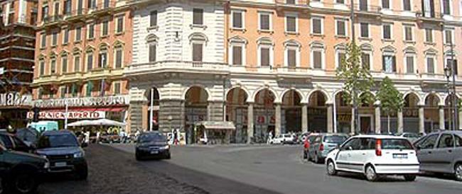 Far West a Roma: a piazza Vittorio venti indiani picchiano un romeno