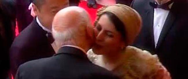 """Se un bacio sulla guancia diventa """"affronto"""" alle donne islamiche: polemiche da Teheran a Cannes"""
