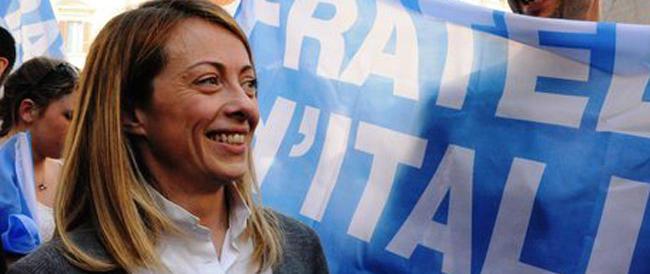 Grillo invita a fischiare l'Inno, la Meloni s'indigna: «Che vergogna quelle parole contro la Patria»