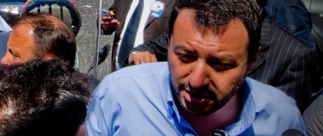 «Buffone, buffone, vattene». Salvini contestato a Napoli abbandona la piazza: ma tornerò