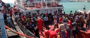 Immigrazione, nuovi sbarchi a Catania. E Salvini in Sicilia urla all'«invasione»