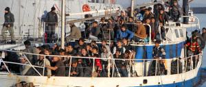 """È invasione: nelle ultime ore 1000 migranti soccorsi al largo della Sicilia. Gasparri: stop a """"Mare nostrum"""""""