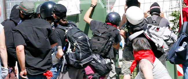 """Ultras di sinistra aggredirono la polizia con bombe-carta e molotov ma la Cassazione li """"assolve"""" dall'accusa di terrorismo"""