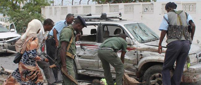 Finito l'attacco degli islamici di al Shabaab a Mogadiscio: 25 morti (video)
