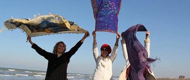La rivolta delle donne iraniane: senza velo nelle foto Facebook. E la protesta diventa virale
