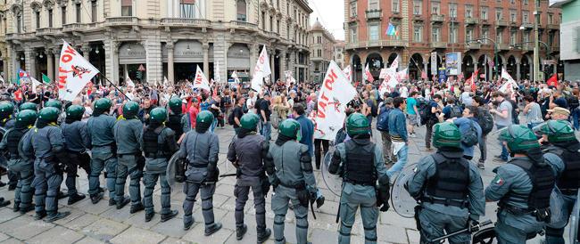 Torino blindata regge all'urto dei No Tav. Crosetto: «È inaccettabile obbligare 1200 agenti a difendere la città»