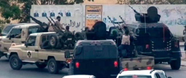 Libia, carri armati davanti al Parlamento. L'esercito ribelle attacca anche Bengasi