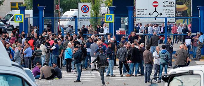 Ultras di sinistra provocano incidenti davanti al Centro agro-alimentare di Torino