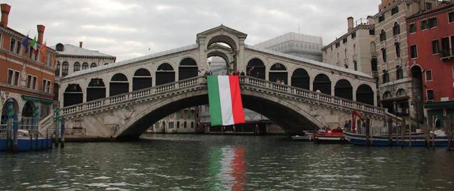 """""""Difendo ciò che amo"""": Fratelli d'Italia """"incarta"""" con il tricolore i monumenti simbolo dell'identità nazionale"""