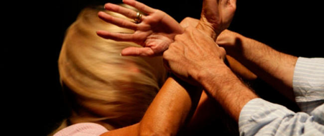 Perseguita la convivente, la picchia e la costringe a dimagrire: arrestato