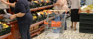Famiglie italiane in difficoltà, oltre la metà costretta a risparmiare sul cibo