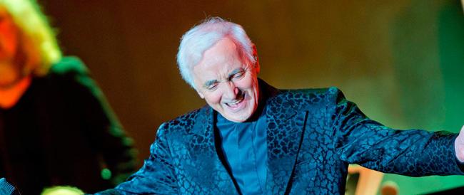 Aznavour, l'amico del Cav, in concerto a Roma. L'inconsapevole Marino gioisce, il Pd tentenna