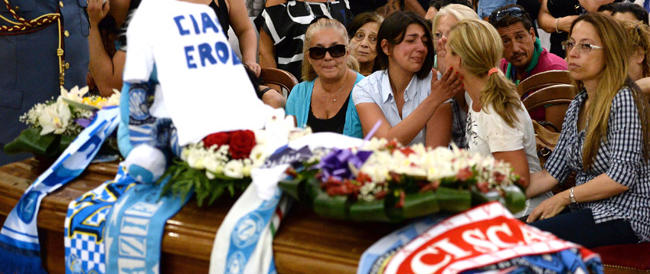 Napoli si prepara a dare l'addio a Ciro: processione di gente alla camera ardente per l'ultimo saluto