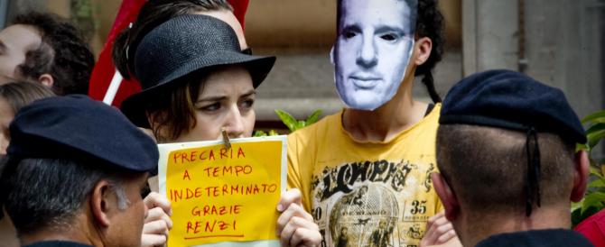 """Renzi a Napoli trova i contestatori, poi annuncia """"calci nel sedere ai corrotti del Pd"""""""