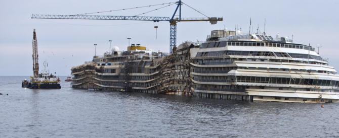 Non c'è accordo su dove rottamare la Concordia mentre il relitto continua a scaricare veleni