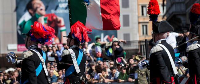 Evviva! Bandierine! Clap clap! Selfie! È la solita Italia: prima sull'altare, poi nella polvere