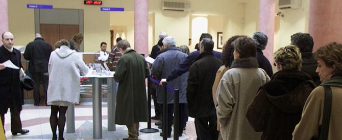 ln fila agli sportelli nel giorno più nero per i contribuenti. Tra Imu e Tasi, un salasso da 54 miliardi