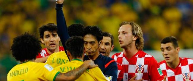 Mondiali di calcio, furie rosse annichilite dagli olandesi. E per gli arbitri è già festival di errori.