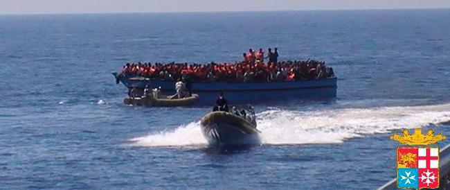 Immigrati, altri mille arrivi nella notte. Ormai sono oltre tremila in un solo giorno. Il sindaco di Porto Empedocle getta la spugna: «Siamo al collasso»