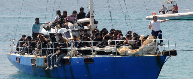 Immigrati, un sindaco calabrese si schiera con Maroni: «Basta invasioni»