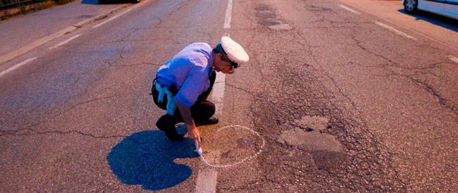 Roma, incidente sulla Laurentina, auto travolge 2 pedoni: uno muore, l'altra è grave