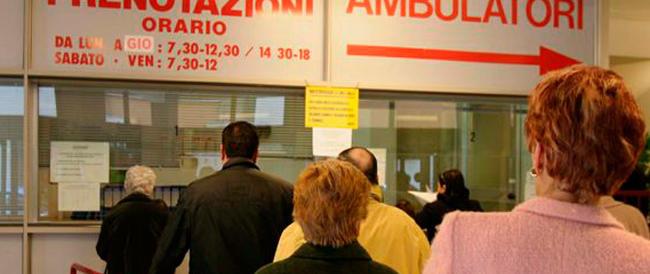 Sanità pubblica tra ticket e liste d'attesa. E gli italiani fuggono all'estero o nel privato
