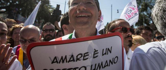 Marino portato in trionfo al Gay Pride: «Non vedo l'ora di approvare le unioni civili»