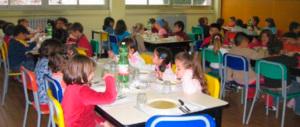 Rubavano il cibo dei bambini alla mensa scolastica: arrestate 2 cuoche
